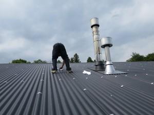 屋根を拭き掃除